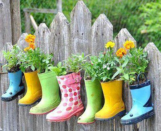Pot Bunga Unik dari Sepatu Boot Bekas